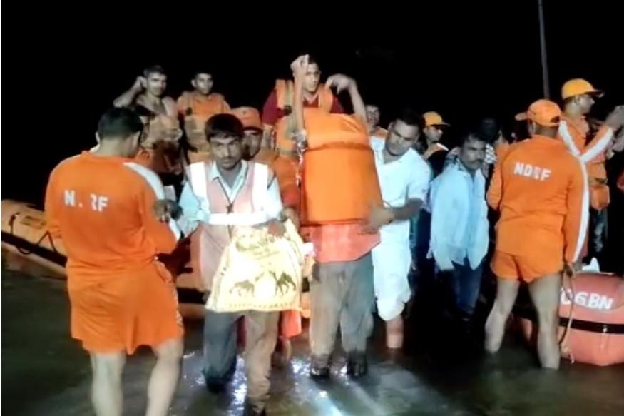 Havoc of rains in rajasthan-Flood situation in 5 districts-झालावाड़ में लोगों को रेस्क्यू करने में जुटी आपदा राहत की टीमें
