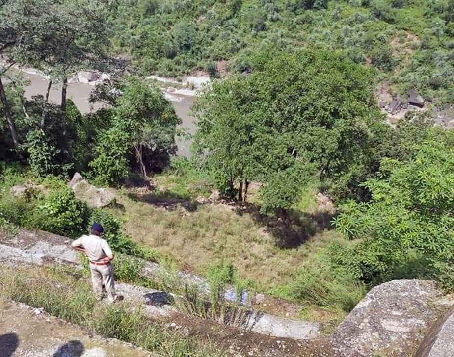 कांगड़ा में बाथू पुल के पास ड्राइवर की लाश मिली है.
