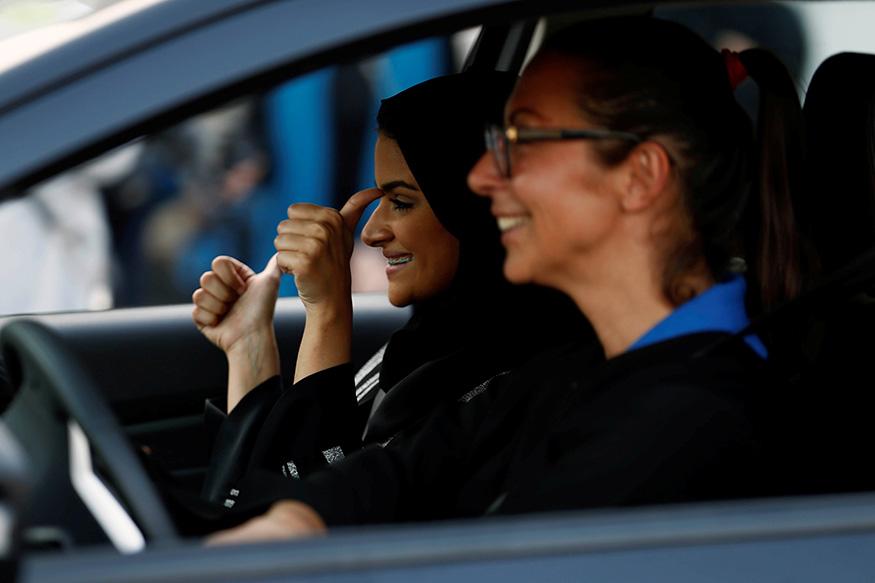 सऊदी अरब में 'बागी' महिलाएं छोड़ रही हैं बुर्का पहनना