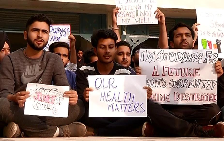 शिमला की लॉ यूनिवर्सिटी में धरना देते स्टूडेंट्स.