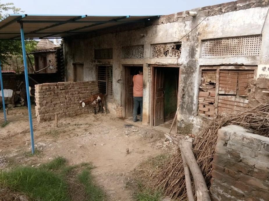दो कमरों के घर का एक कमरा क्षतिग्रस्त है.