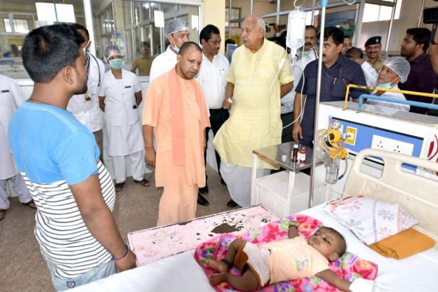 सीएम योगी ने किया गोरखपुर में इंसेफेलाइटिस वार्ड का दौरा