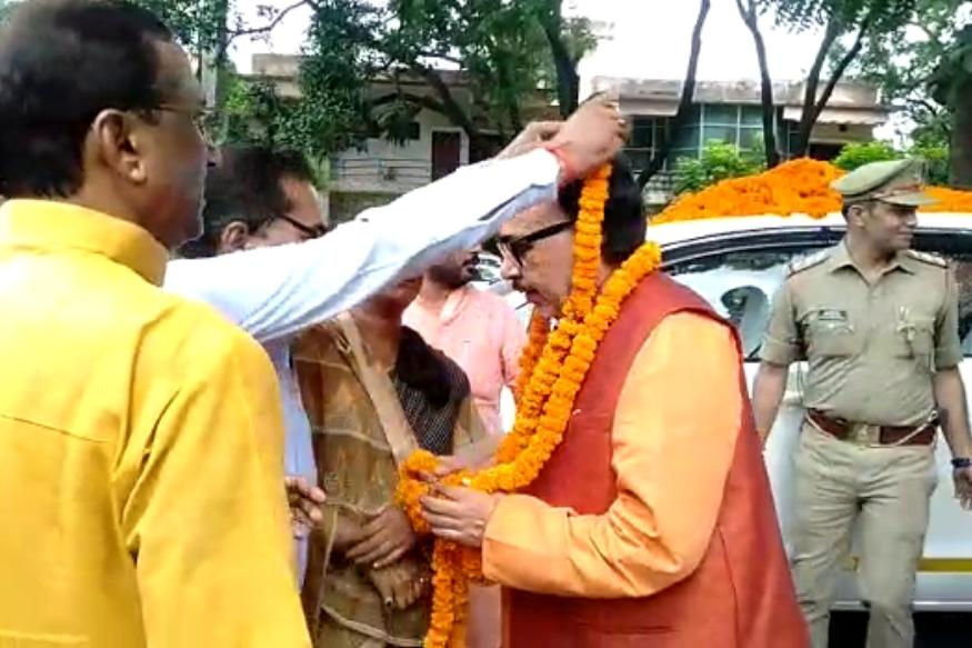 कार्यकर्ताओं ने मंत्री महेंद्र नाथ पांडेय का किया जोरदार स्वागत
