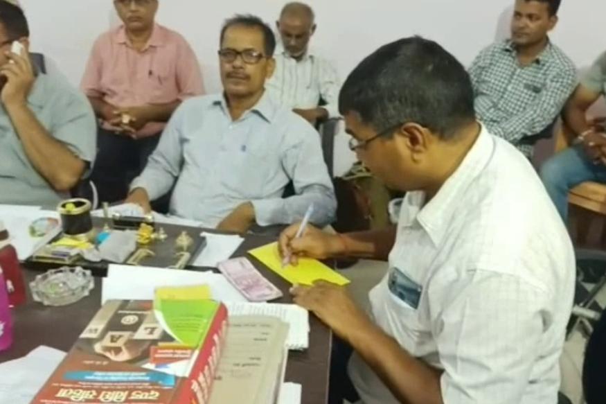 गोरखपुर एंटी करप्शन टीम के प्रभारी निरीक्षक देव प्रकाश रावत के नेतृत्व में टीम