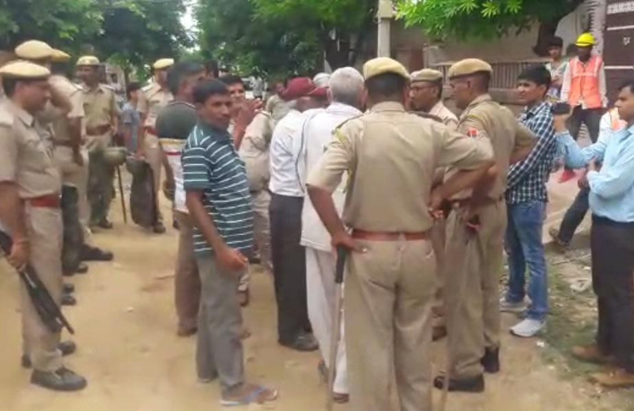 तनाव को देखते हुए सैकड़ों की संख्या में पुलिस जाब्ता मौके पर मौजूद