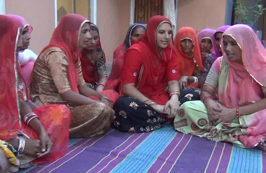 75 गांव की 22 हजार महिलाएं रूमा के साथ कशीदकारी का काम करती हैं