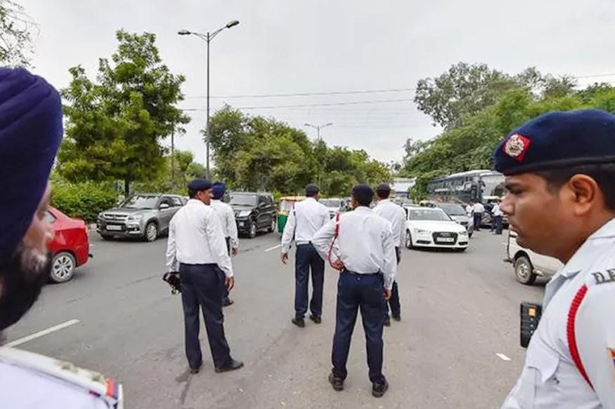 दिल्ली ट्रैफिक पुलिस को जब अपनी गलती का अहसास हुआ तो यह फरमान वापस ले लिया