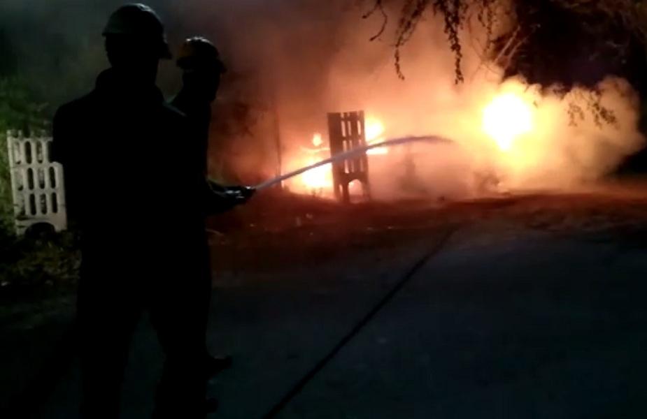 फायर ब्रिगेड के कर्मचारियों ने कड़ी मशक्कत के बाद आग पर पाया काबू