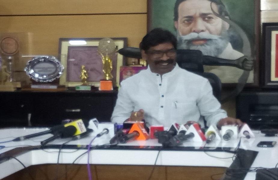 पूर्व सीएम हेमंत सोरेन ने सीएम रघुवर दास को लीगल नोटिस भेजते हुए 7 दिनों के अंदर सर्वाजनिक तौर पर माफी मांगने को कहा है.