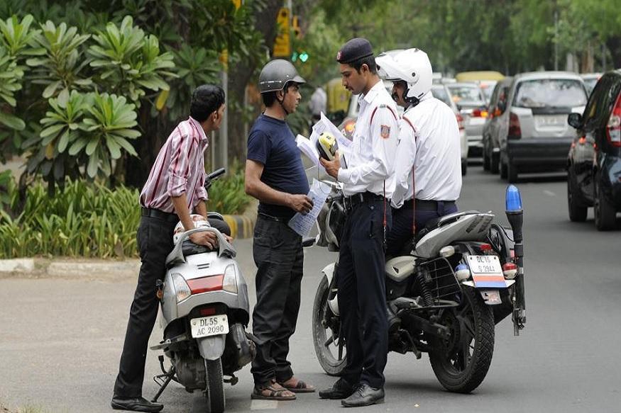बात हो रही जुर्माना कम करने की और काट दिया 2 लाख रुपये से ज्यादा का चालान!