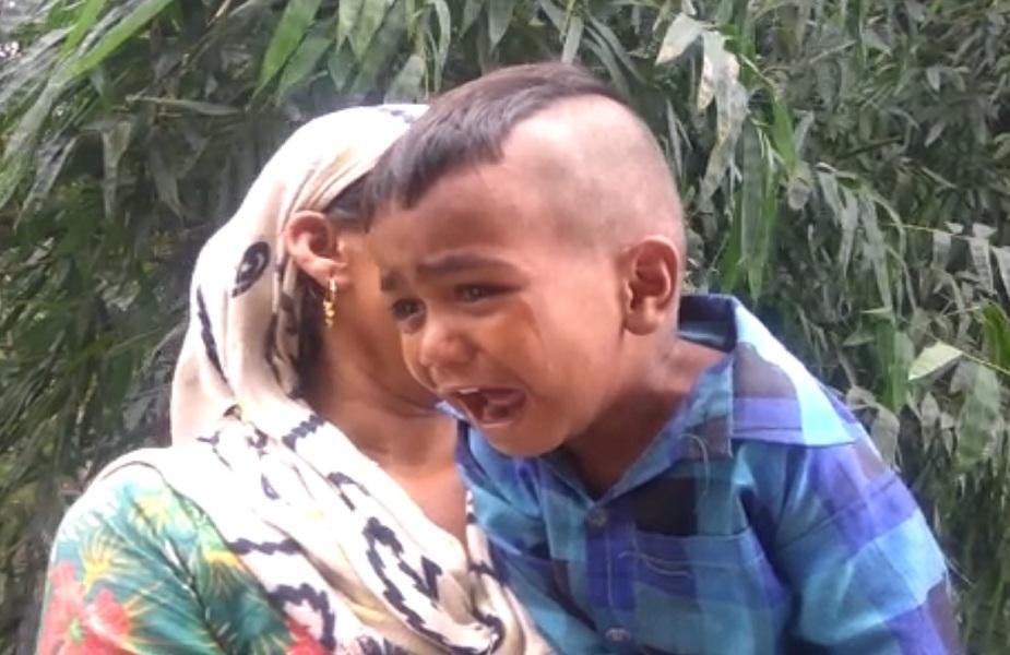 मां की मौत के बाद रोता-बिलखता मासूम