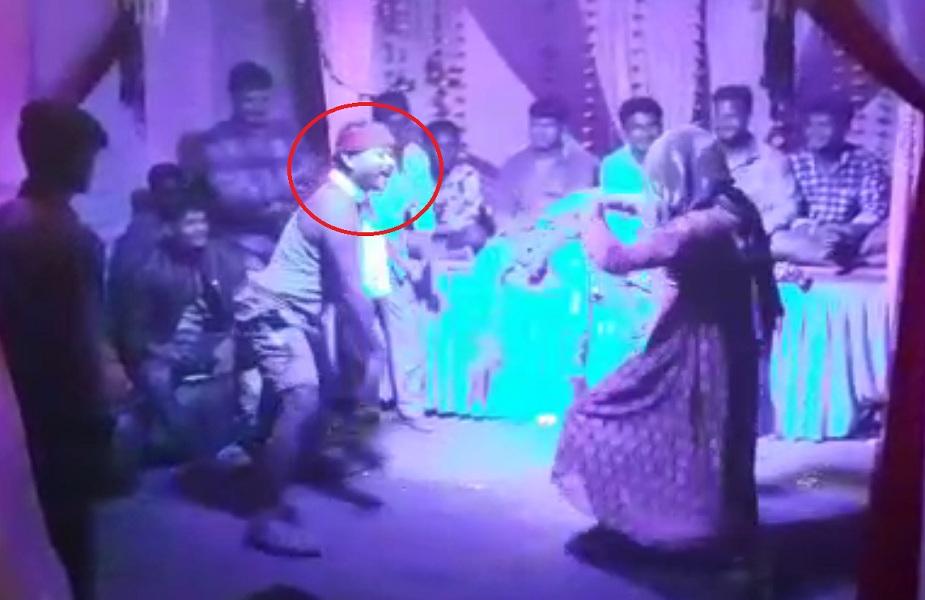 गणेश विसर्जन के बाद पंडाल में नागिन डांस करता युवक
