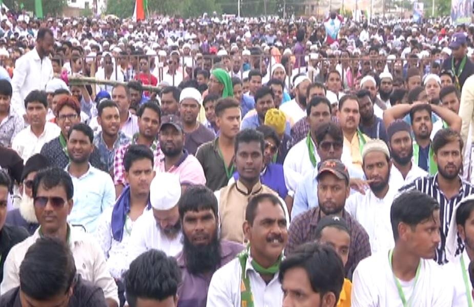 असदुद्दीन ओवैसी की चुनावी जनसभा में बड़ी तादाद में पहुंचे लोग