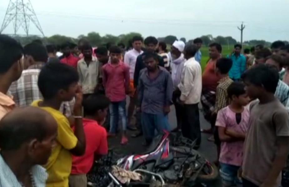 सड़क हादसे के बाद घटना स्थल पर लगी ग्रामीणों की भीड़
