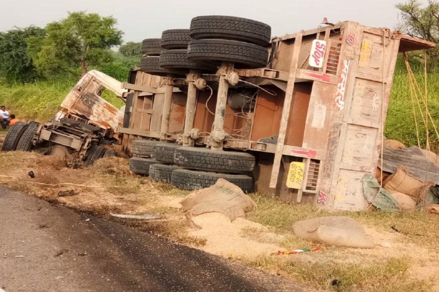 बग्गड़ गांव के पास सड़क के किनारे टक्कर के बाद दोनों वाहन पलटे
