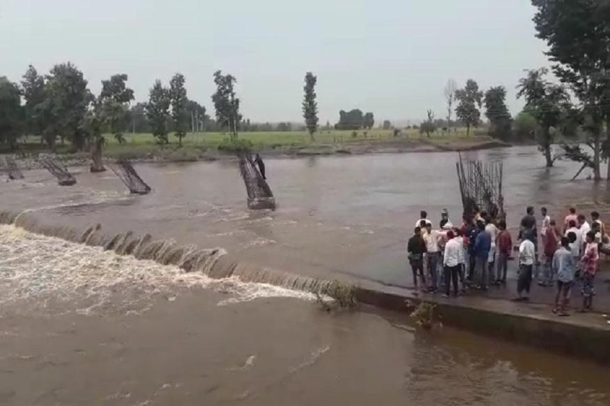 News - सीप नदी के रपटे में बहे बाइकसवार की तलाश की जा रही है