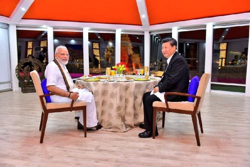 पीएम मोदी पारंपरिक तमिल वेशभूषा में दिखे तो सफेद शर्ट और पैंट में नजर आए चीन के राष्ट्रपति. इस दौरान मोदी और शी ने महाबलीपुरम के ऐतिहासिक स्मारकों का भी भ्रमण किया.