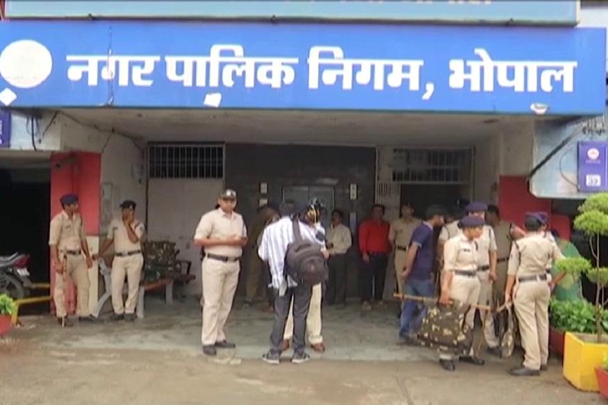 News - भोपाल कलेक्टर ने भोपाल नगर निगम को दो हिस्सों में बांटने वाले मसौदे को जारी कर 7 दिन में दावे आपत्तियां मांगे हैं.