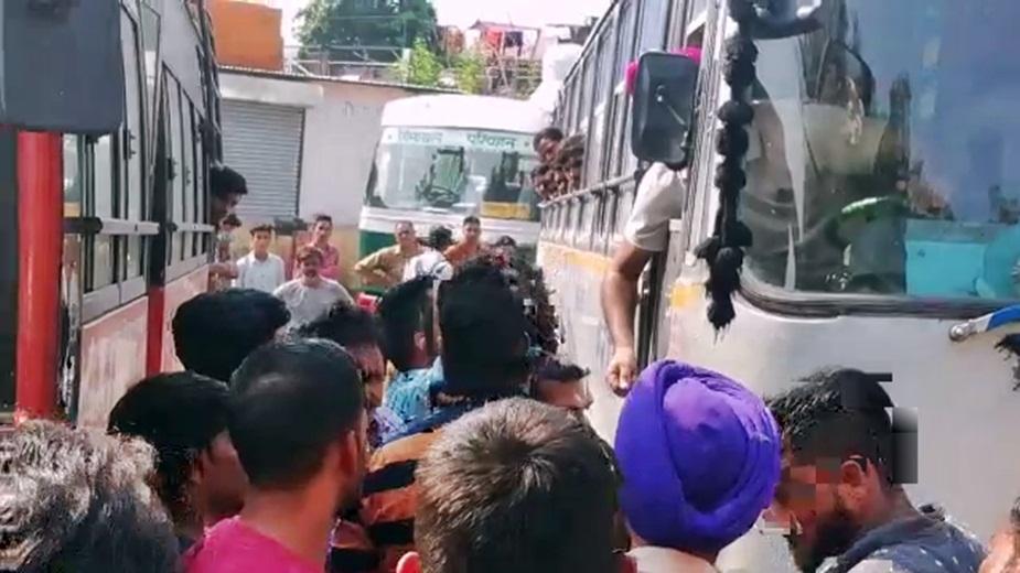 निजी बसों के चालक-परिचालक और स्थानीय दुकानदारों ने इस मामले के सुलझाया.