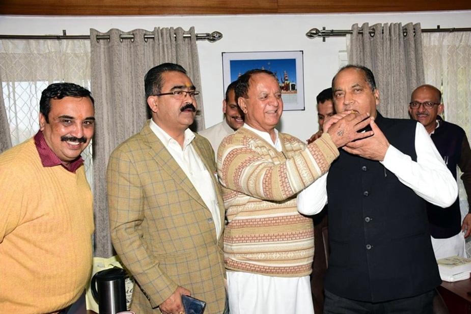 जीत के बाद सीएम को मिठाई खिलाते हुए मंत्री महेंद्र सिंह ठाकुर.