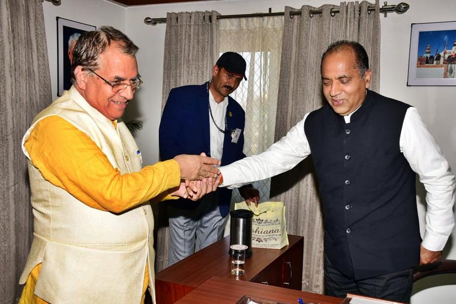 सीएम जयराम ठाकुर को बधाई देते शिक्षामंत्री सुरेश भारद्वाज.