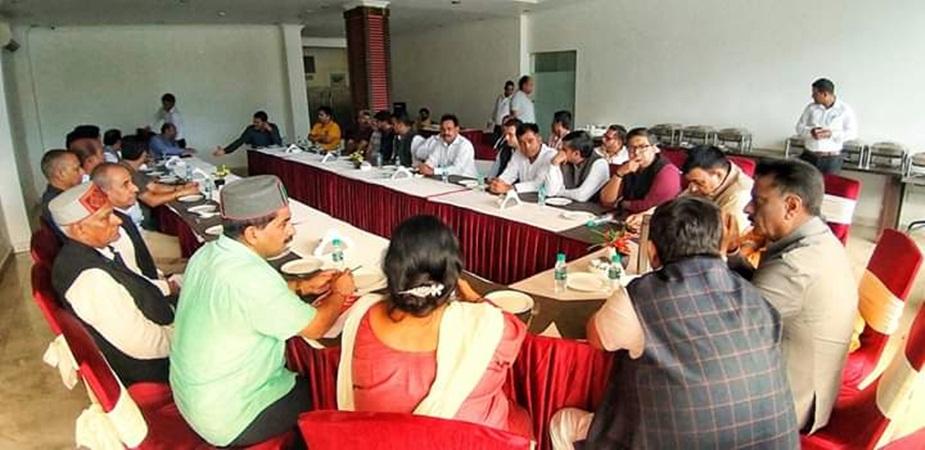 धर्मशाला में बैठक के दौरान कांग्रेस नेता.