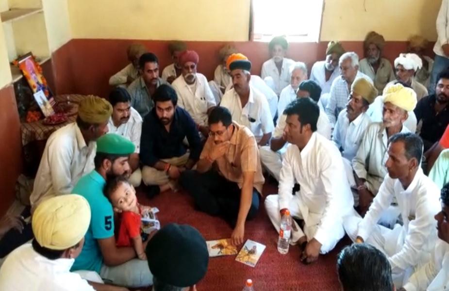 शहीद के घर पहुंचकर परिजनों से बातचीत करते स्थानीय लोग