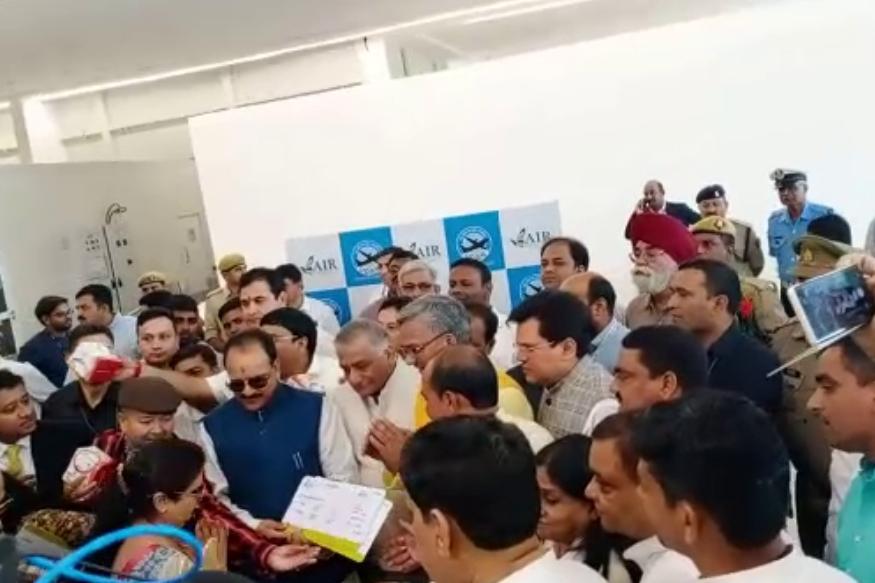 उत्तराखंड के मुख्यमंत्री त्रिवेंद्र सिंह रावत ने फ्लाइट सेवा का किया शुभारंभ