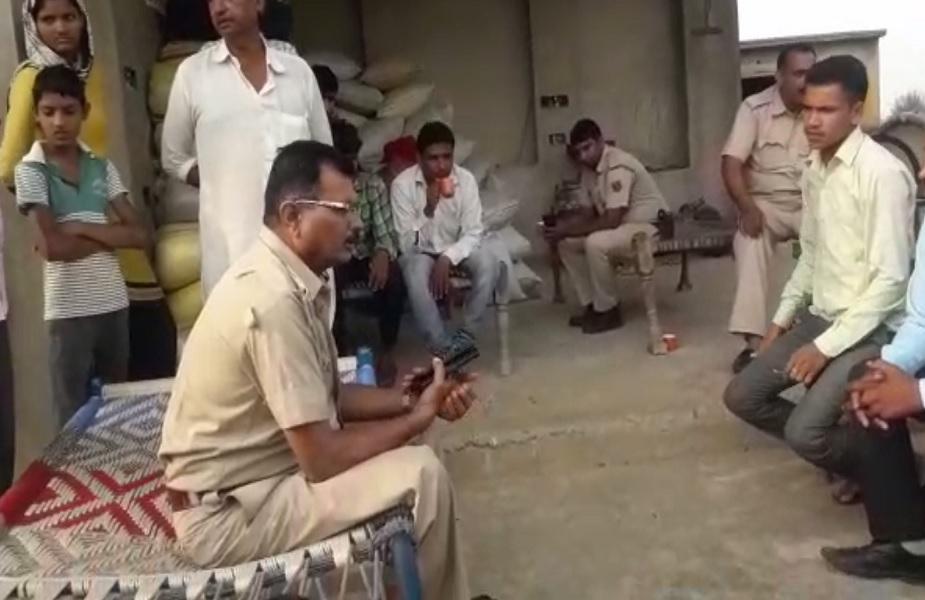 चोरी की वारदात के बाद मौके पर पहुंची पुलिस जांच में जुटी