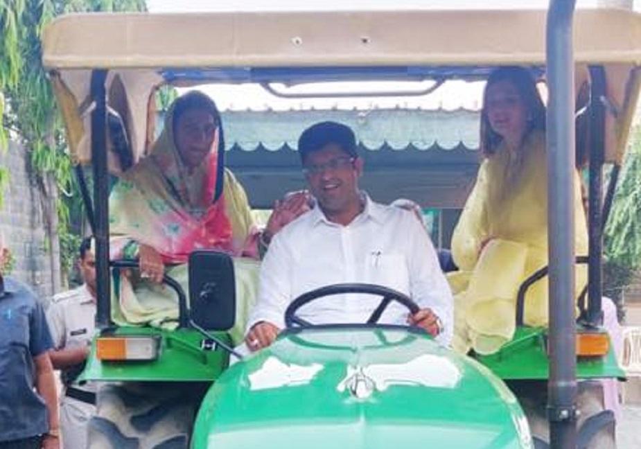 हरियाणा किसानों का गढ़ है ऐसे में चौटाला ने ट्रैक्टर से पहुंचकर उन्होंने किसानों को रिझाने की कोशिश की. दुष्यंत चौटाला जींद जिले के उचाना कलां से चुनाव लड़ रहे हैं.