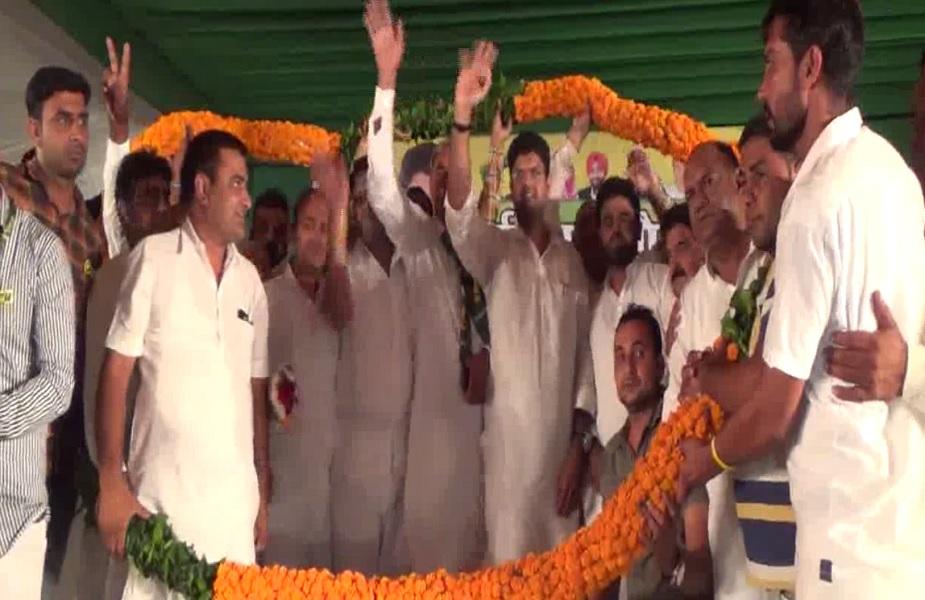 मंच पर जजपा सुप्रीमो दुष्यंत चौटाला का लोगों ने माला पहनाकर किया स्वागत