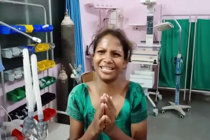 अस्पताल में पुलिस को पति की हैवानियत के बारे में बताती बच्ची की मां