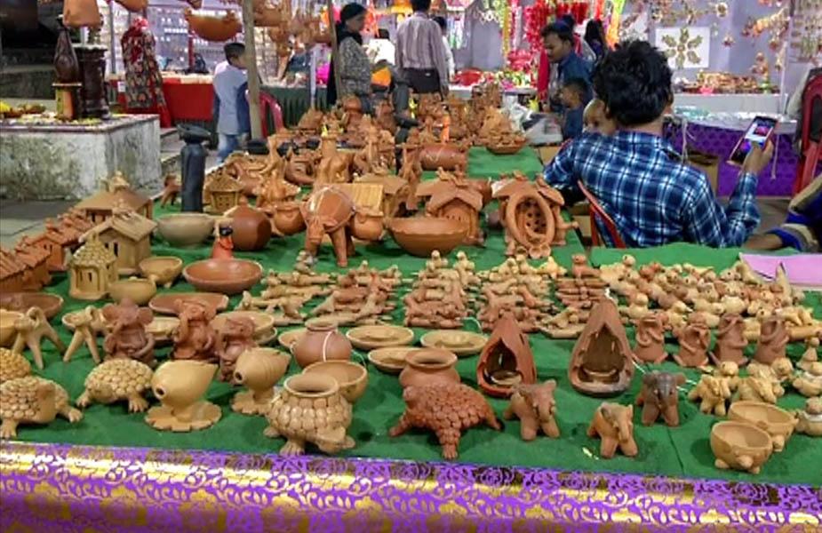 ऐसे ही दीपों से जगमग कर लोगों ने राशेनी के इस त्योहार का सैकड़ों दीये जलाकर स्वागत किया है.