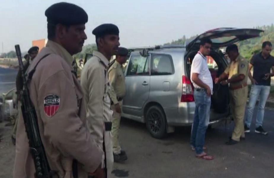 राजस्थान- गुजरात सीमा पर पुलिस वाहनों की चेकिंग करती पुलिस