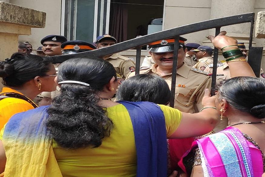 पेड़ो की कटाई के दौरान हुए हंगामे के बाद मुंबई पुलिस ने करीब 55 लोगों को गिरफ्तार किया है.