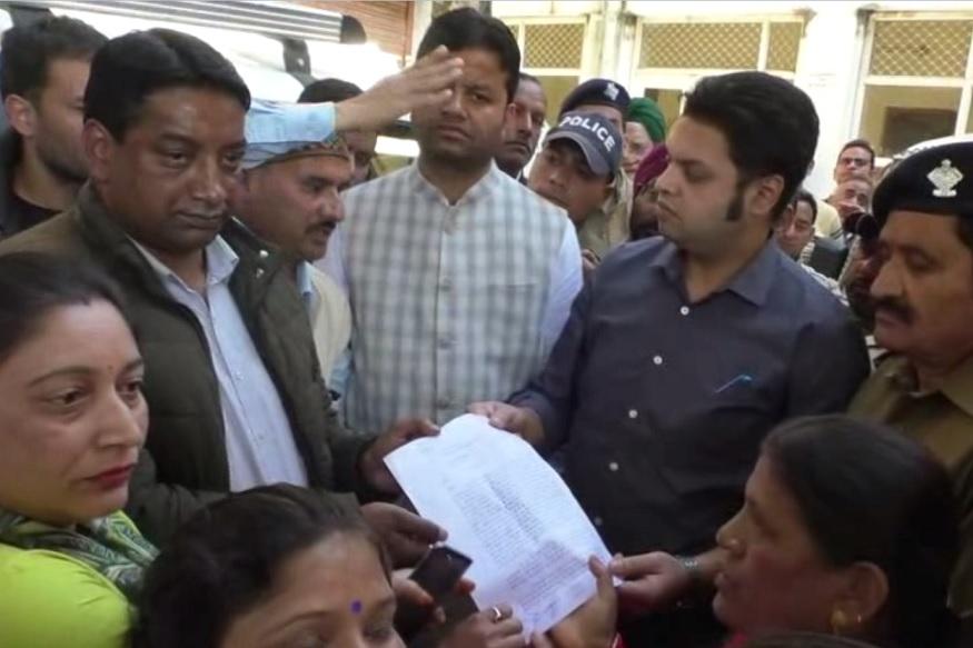 mussoorie, encroachment agitation mamorandam, पालिका कर्मचारियों ने तुरंत आरोपियों की गिरफ़्तारी की मांग की है और पुलिस पर जानबूझकर कार्रवाई न करने का आरोप लगाया है.