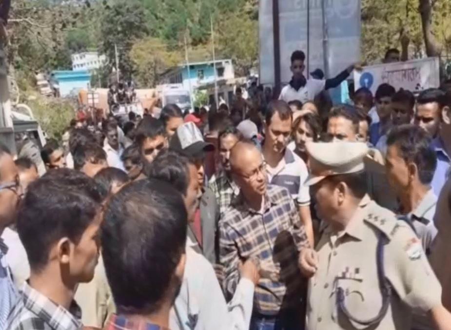 2 अक्टूबर को अपनी मां के साथ खेत में गई 10 साल की बच्ची की गुलदार ने हत्या की तो अगले दिन गुस्साए लोगों ने बुआखाल-रामनगर हाईवे जाम कर दिया था.