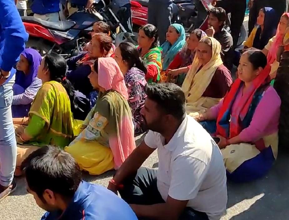 pauri leopard attack jam, बड़ी संख्या में महिलाएं भी सड़क पर बैठी हैं.