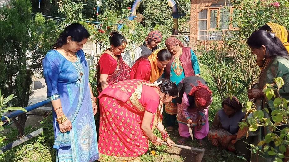 पौधरोपण करती हुई महिलाएं.