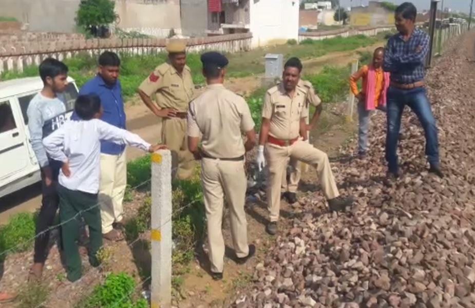 युवक की मौत के बाद घटनास्थल पर मुआयना करती पुलिस