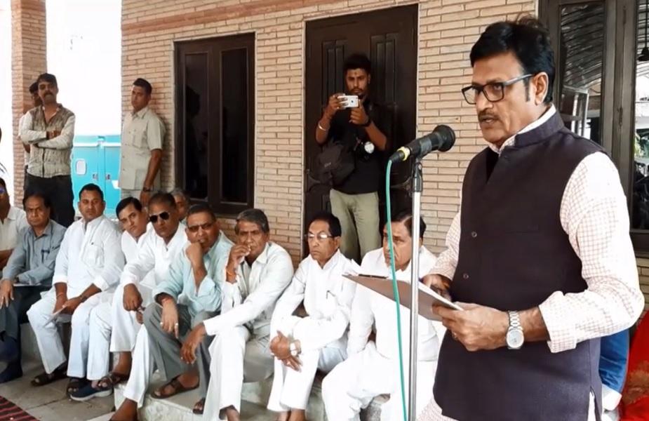 चूरू में मीटिंग के दौरान संबोधित करते हुए राजेंद्र राठौड