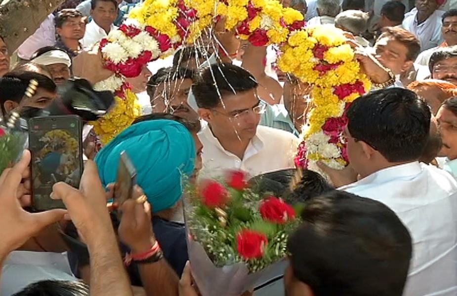 सचिन पायलट को फूल माला पहनाकर स्वागत करते कार्यकर्ता