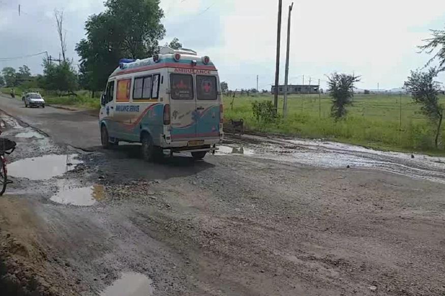 News - आगर मालवा जिले के पास सड़क पर बड़े गड्ढे हैं