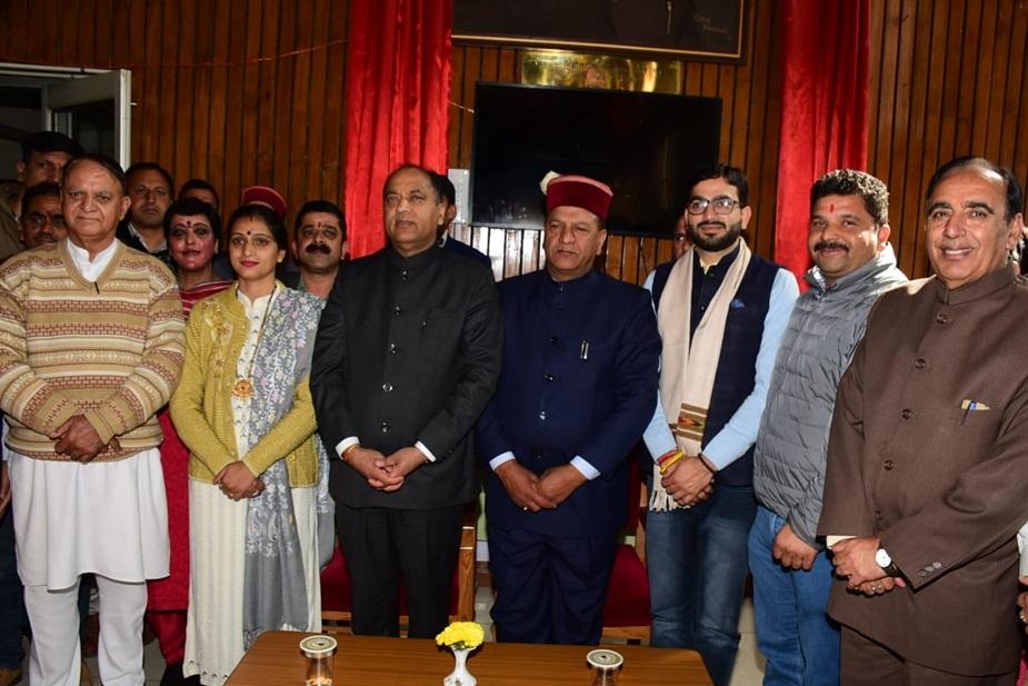 भाजपा के नए विधायकों के साथ सीएम जयराम ठाकुर.