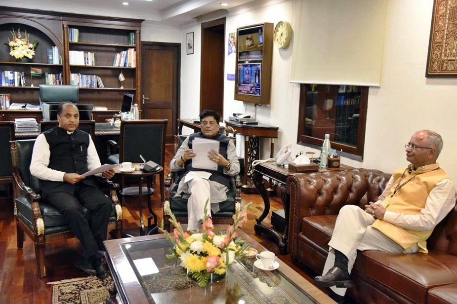 सीएम जयराम ठाकुर और रेल मंत्री पीयूष गोयल.
