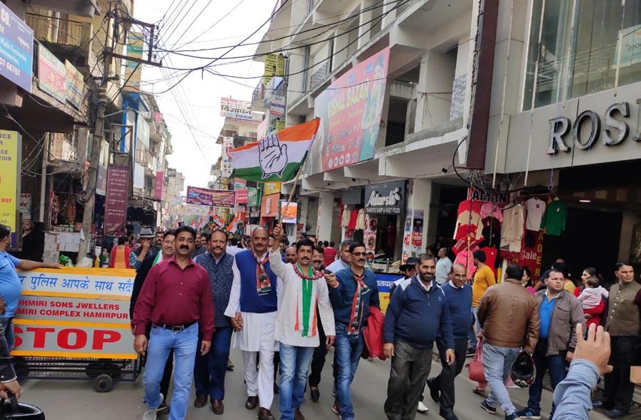 हमीरपुर में प्रदर्शन करते हुए कांग्रेस कार्यकर्ता.