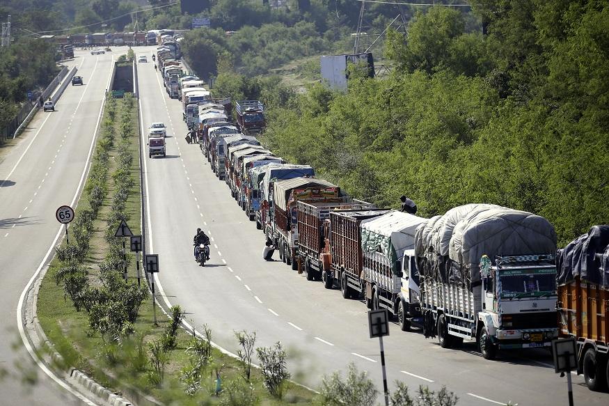 भूस्खलन के कारण जम्मू श्रीनगर राजमार्ग दोबारा बंद, फंसीं 1300 गाड़ियां