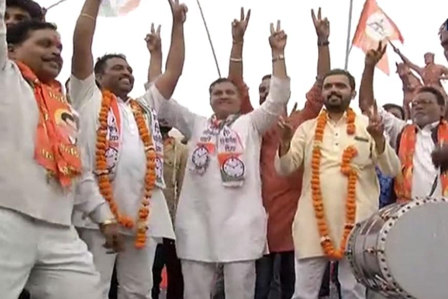 News - महाराष्ट्र में गठबंधन सरकार बनने पर कांग्रेस, एनसीपी और शिवसेना कार्यकर्ताओं ने एक साथ मनाया जश्न