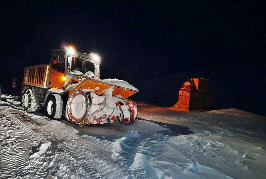 रात को रोहतांग पास से बर्फ हटाती बीआरओ की मशीनरी.