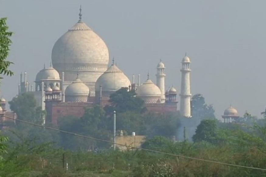 अपनी संगमरमरी खूबसूरती के लिए दुनिया भर में मशहूर मुहब्बत की निशानी ताजमहल (Taj Mahal) धुआं-धुआं (Smoke-smoke) नजर आया तो लोग चौंक गए